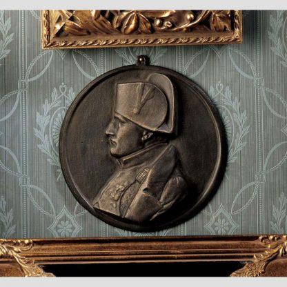Plaque décorative Napoléon 1er en bronze accroché à un mur